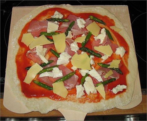 Die Pizza nach Wunsch belegen