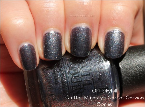 OPI On Her Majestys Secret Service Swatch in der Sonne