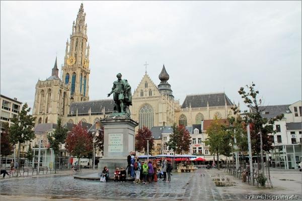Rubens vor der Kathedrale