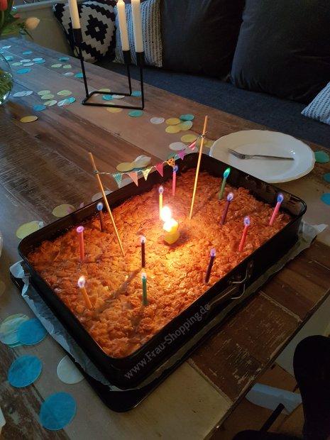 Apfelkuchen mit Kerzen zum Auspusten