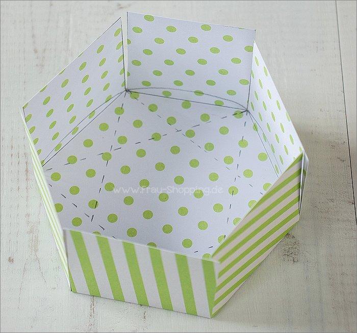 Anleitung Explosion Box mit Süßigkeiten - der erste Teil der Box ist fertig