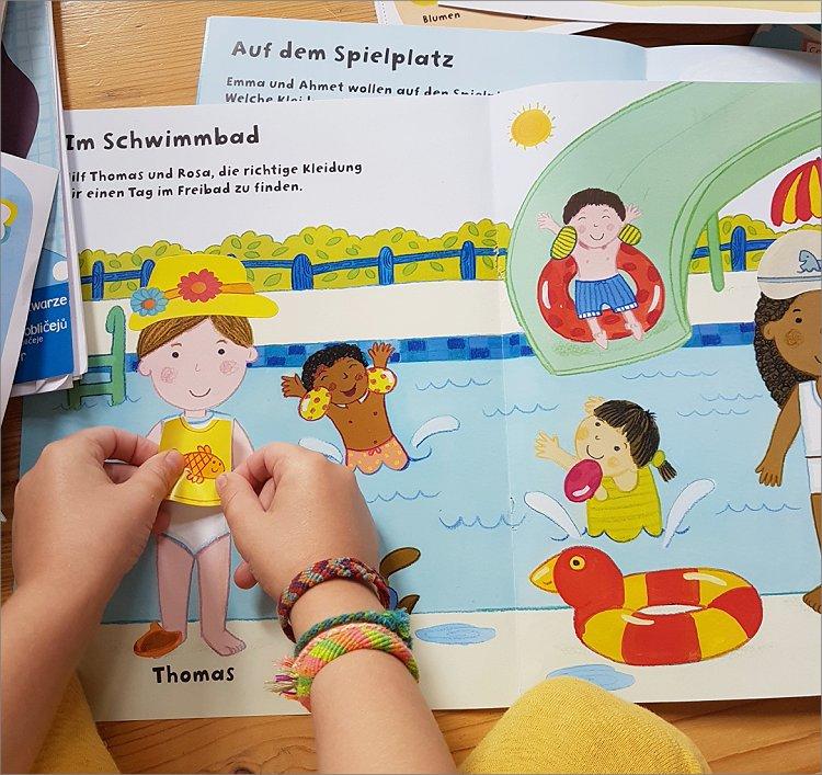 Urlaubszeit: Kinder auf Reisen beschäftigen - mit einem Stickerheft